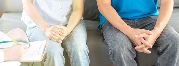 deux personnes chez un medecin symptomes chlamydia